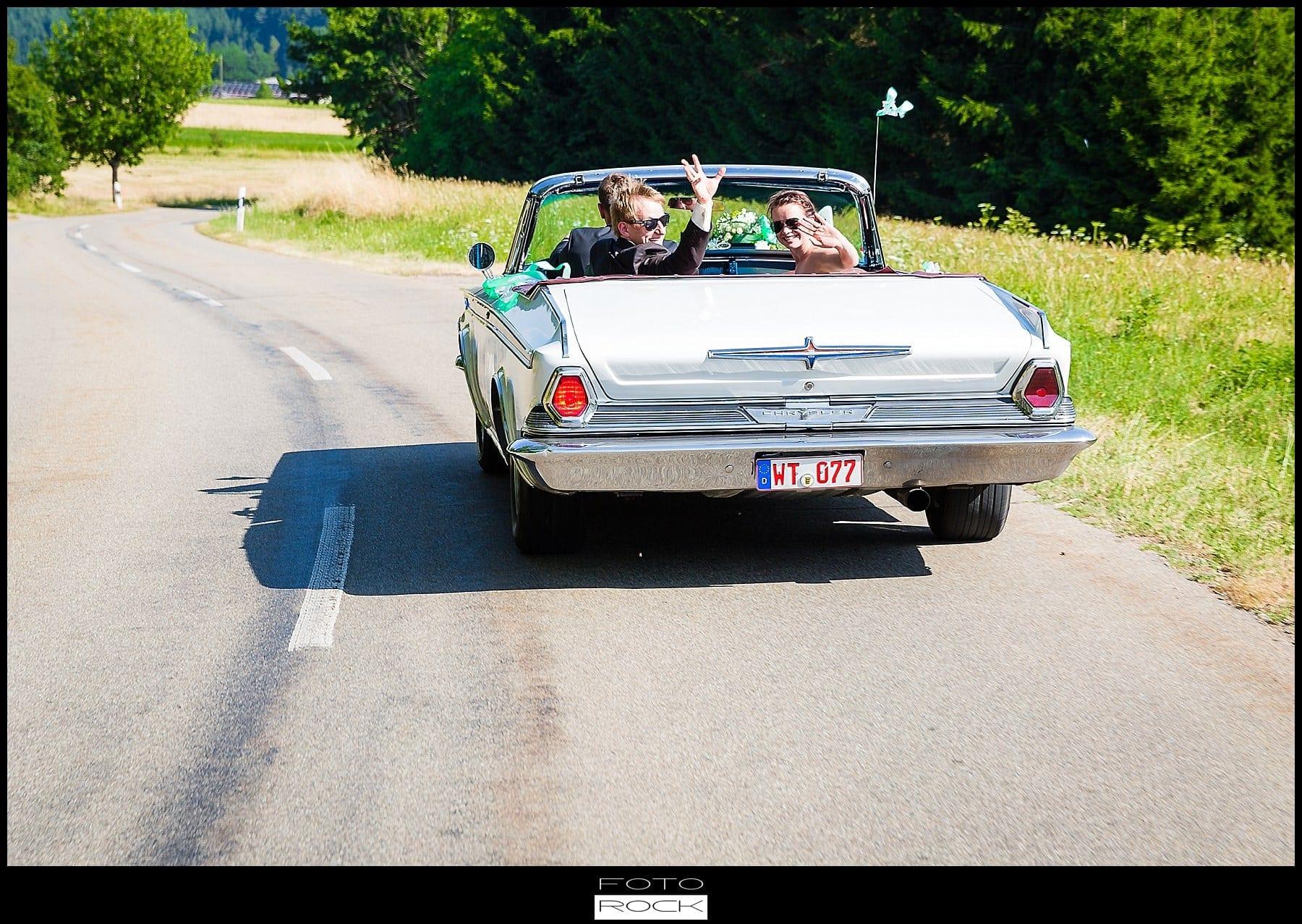 DIY Hochzeit Waldshut-Tiengen Brautpaar Auto Straße