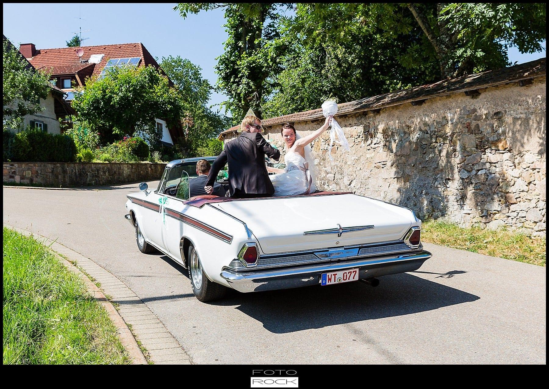 DIY Hochzeit Waldshut-Tiengen Brautpaar Brautstrauss Auto