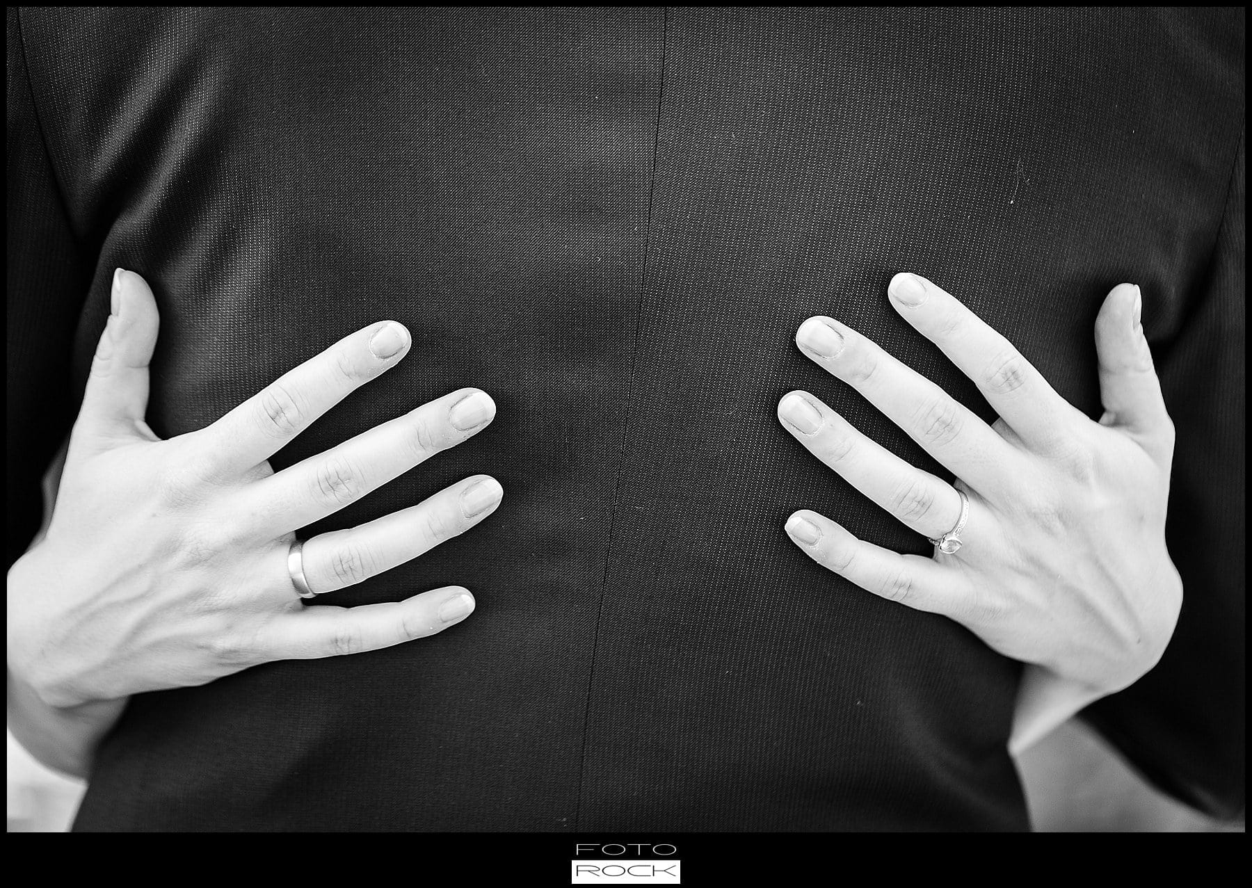 DIY Hochzeit Waldshut-Tiengen Brautpaar Hände Anzug
