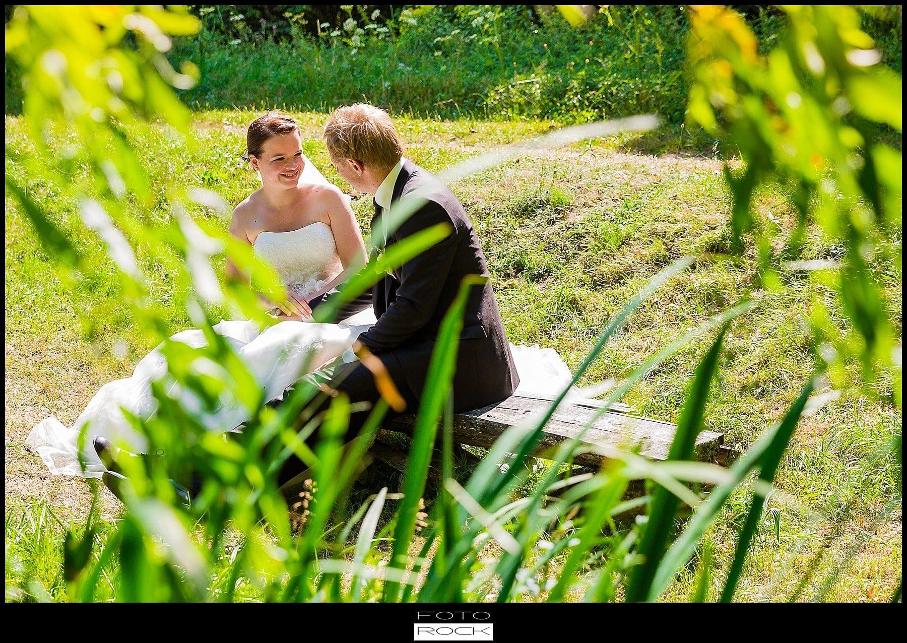 DIY Hochzeit Waldshut-Tiengen Outdoor Bank Brautpaar