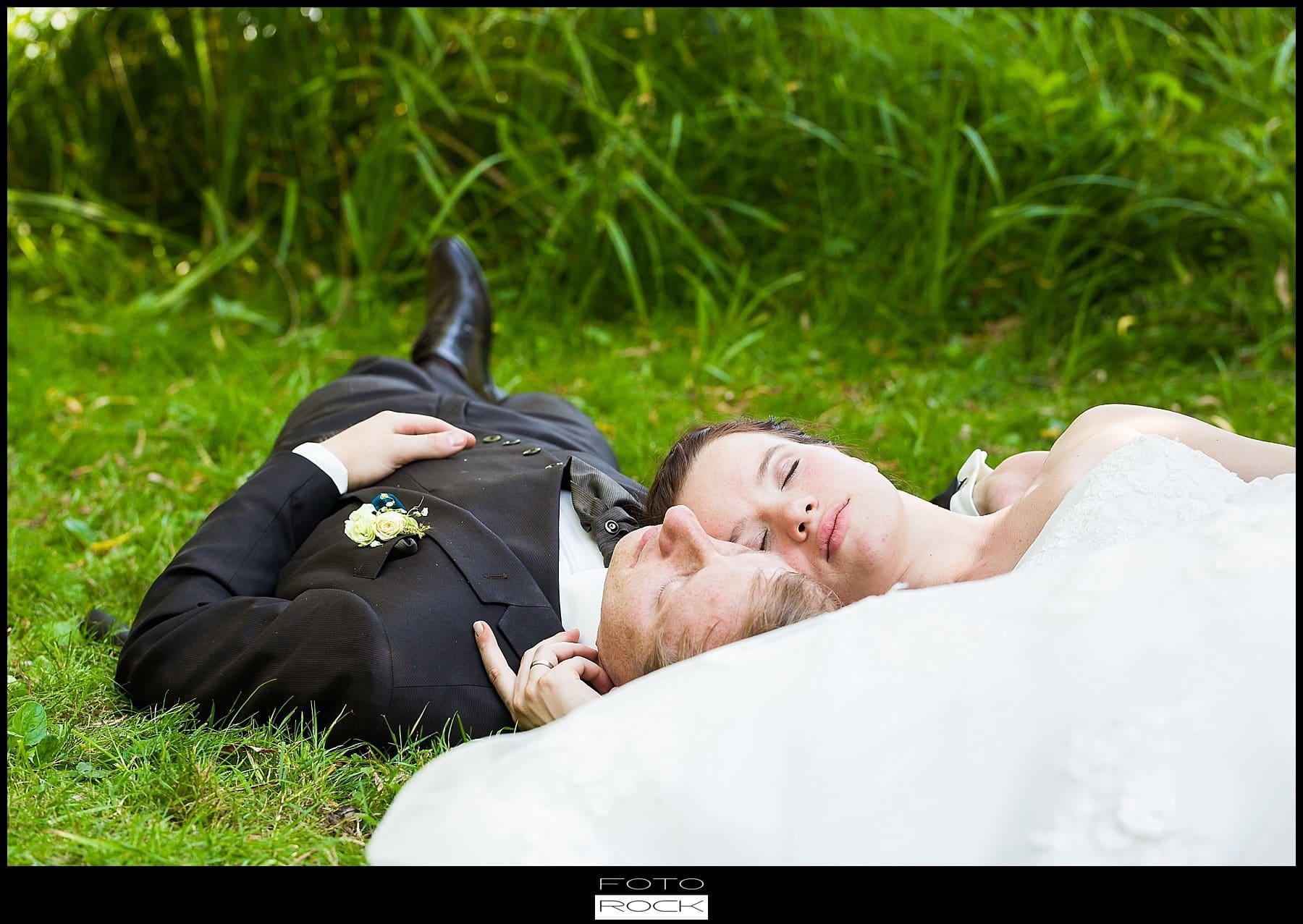 DIY Hochzeit Waldshut-Tiengen Brautpaar Gras Boden Liegen Wiese
