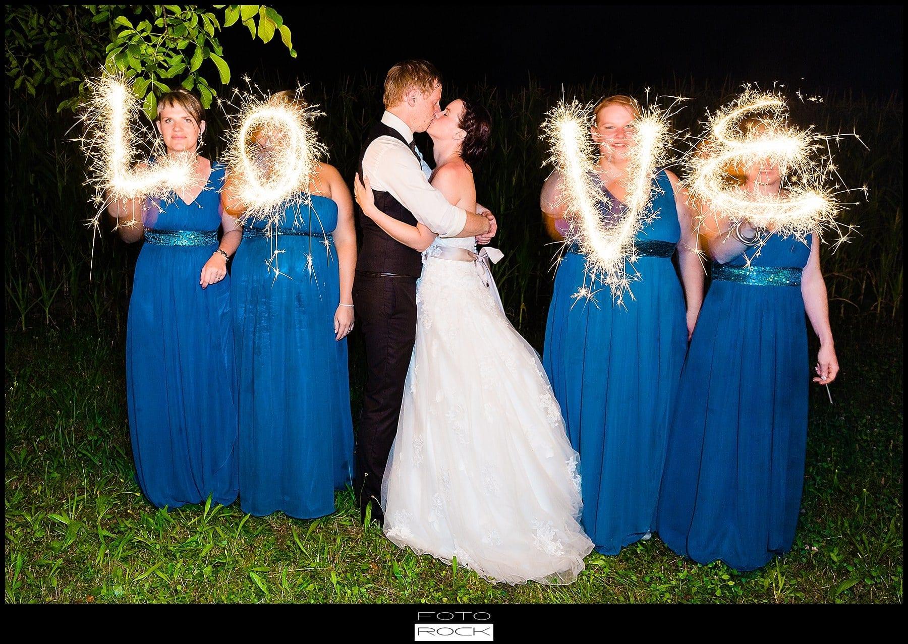 DIY Hochzeit Waldshut-Tiengen Love Wunderkerzen Brautjungfern Brautpaar Kuss