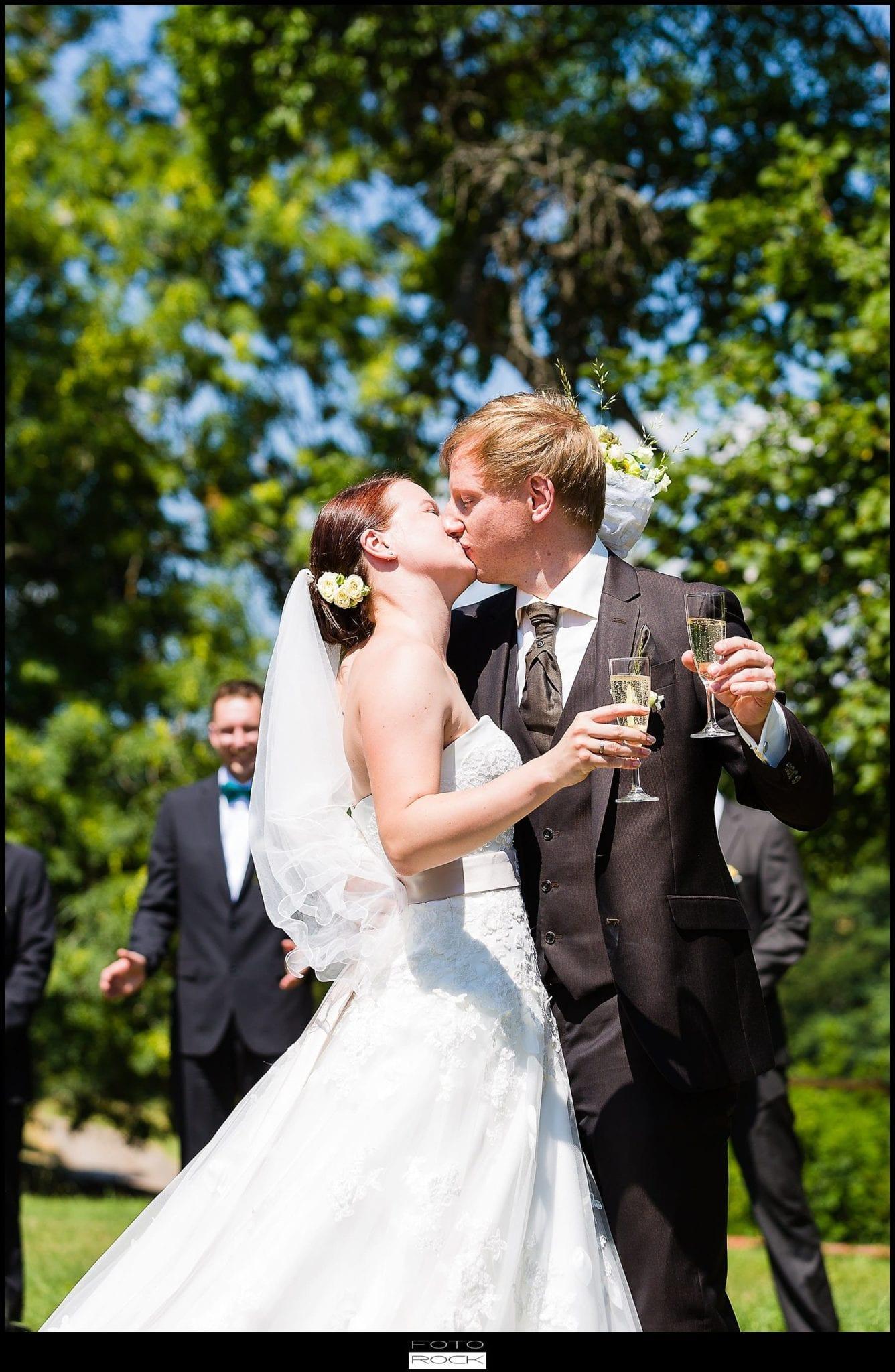 DIY Hochzeit Waldshut-Tiengen Brautpaar Kuss Sekt Sektempfang Blumen