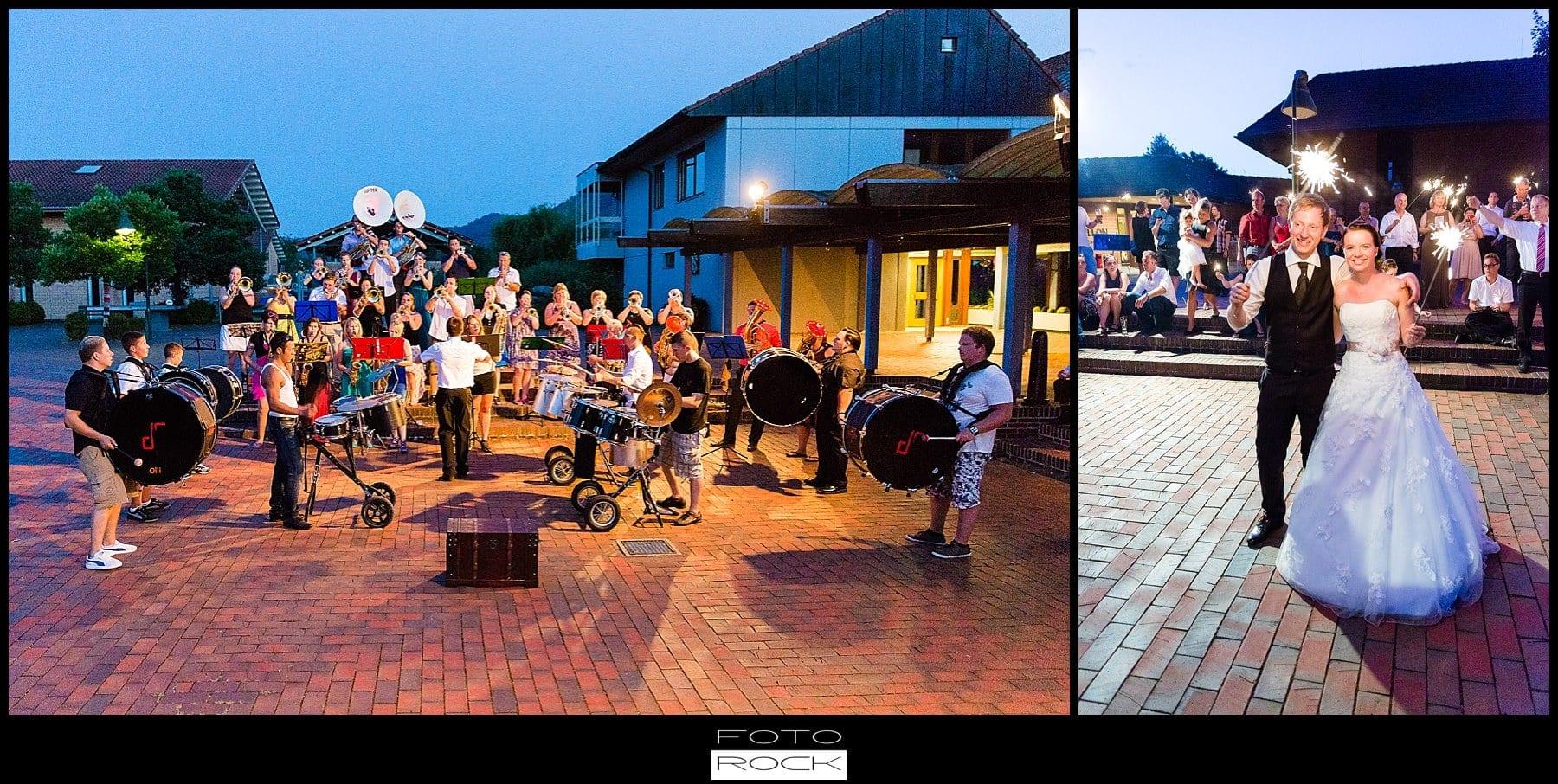 DIY Hochzeit Waldshut-Tiengen Bigband Band Musik Wunderkerzen Outdoor Sonnenuntergang Brautpaar
