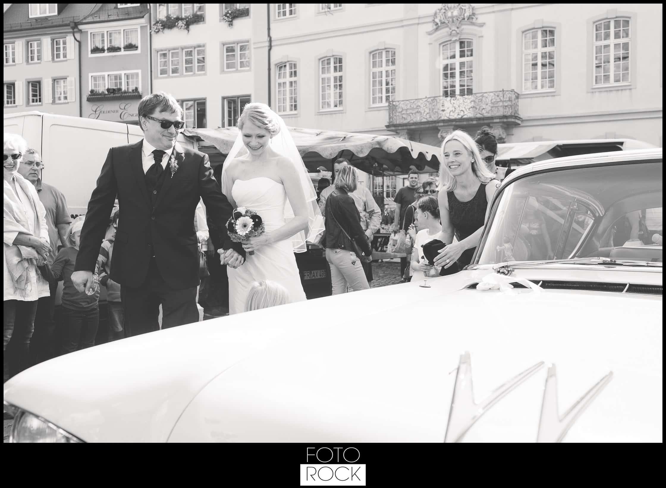 Hochzeit Freiburg Muenster Goldener Adler Oberried brautpaar auto