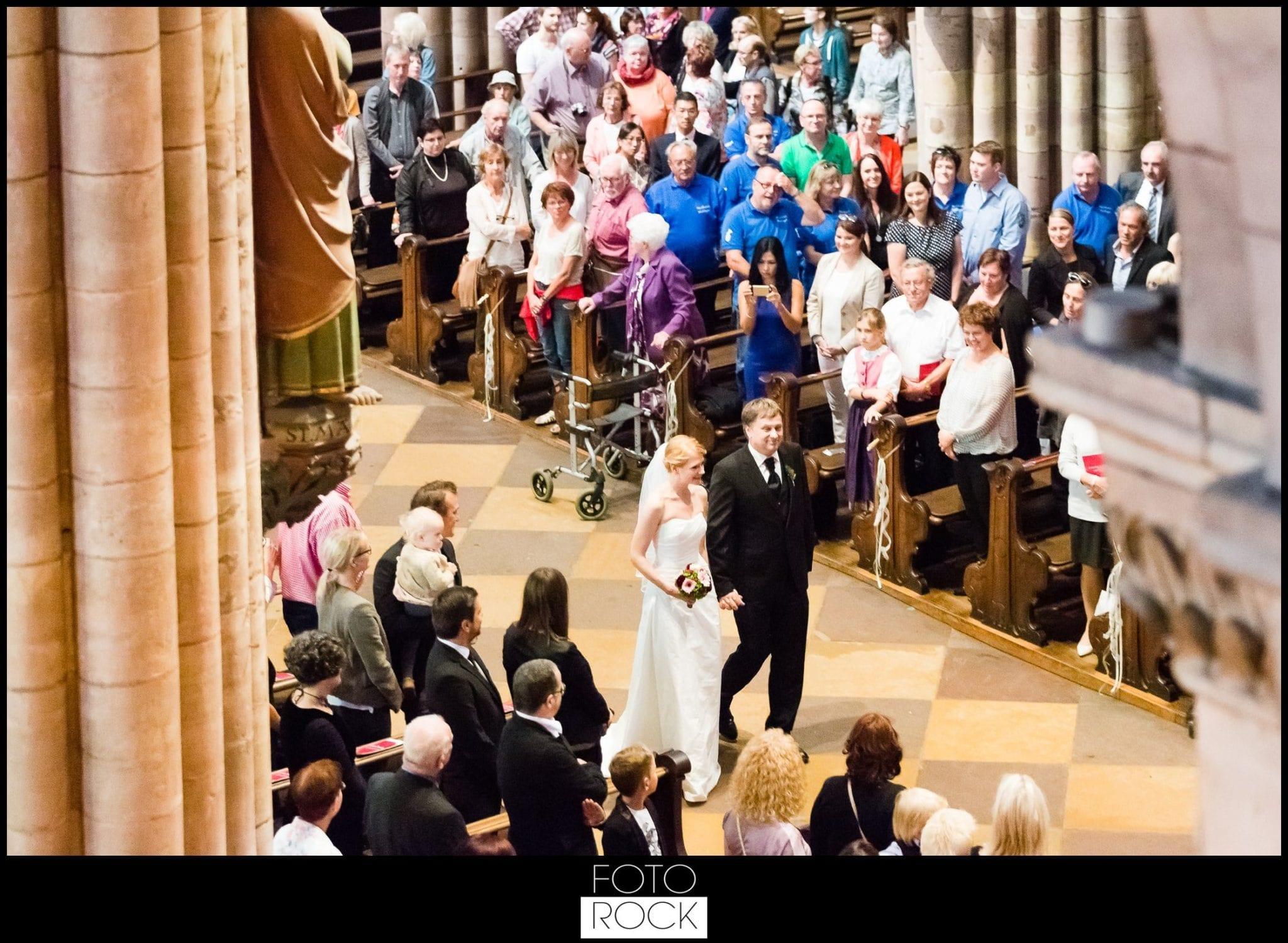 Hochzeit Freiburg Muenster Goldener Adler Oberried brautpaarkirche einzug