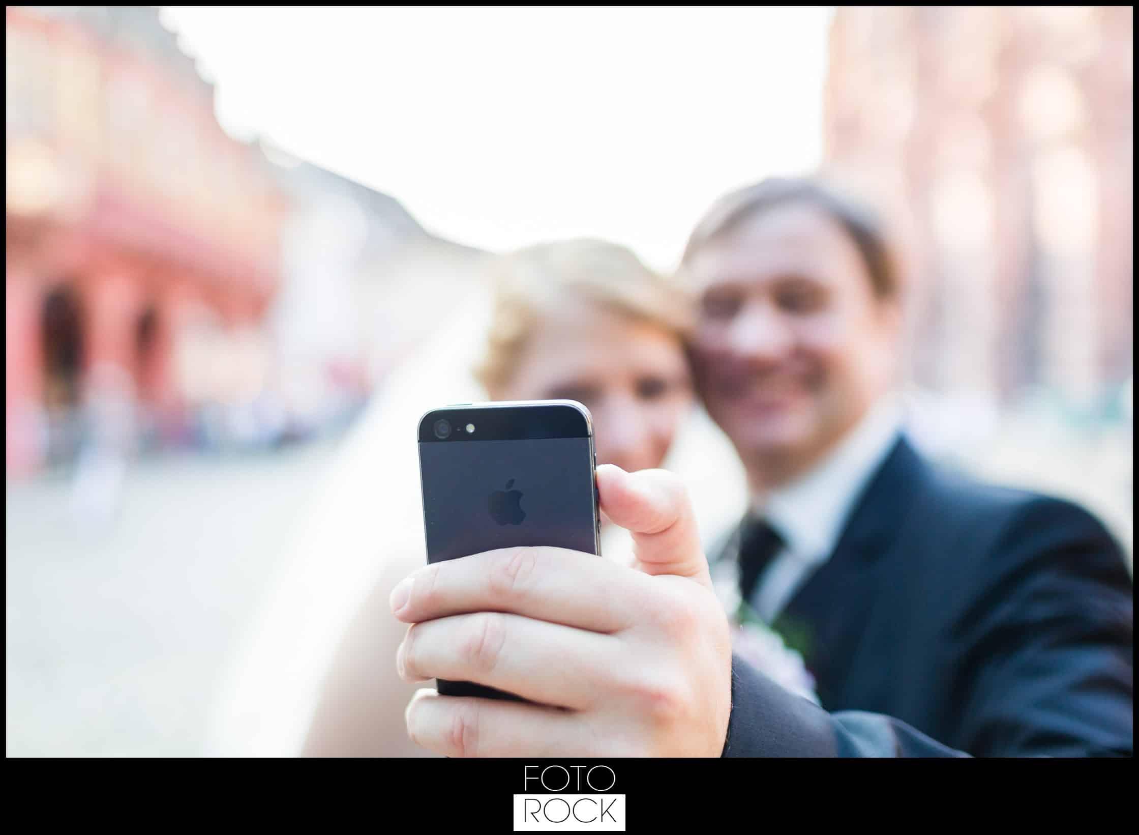 Hochzeit Freiburg Muenster Goldener Adler Oberried selfie iphone brautpaar