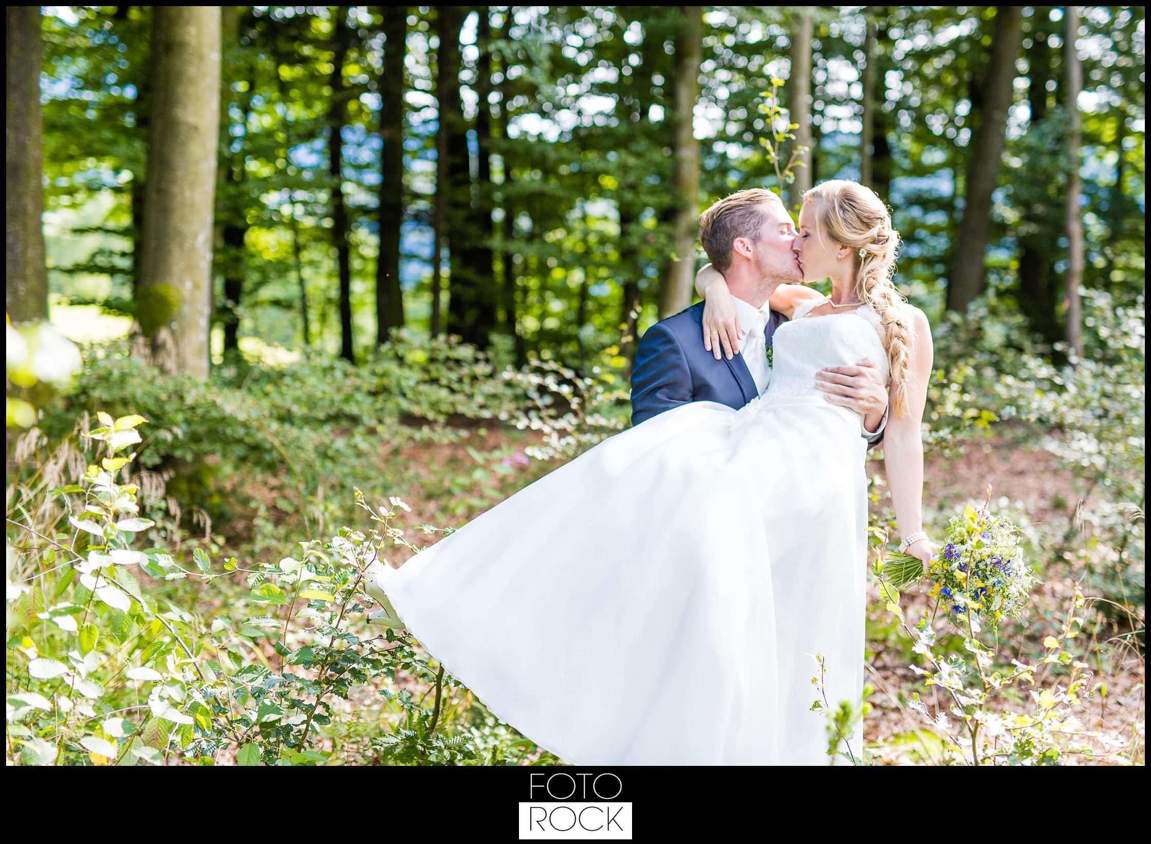 Hochzeit Elzach brautpaar wald kuss