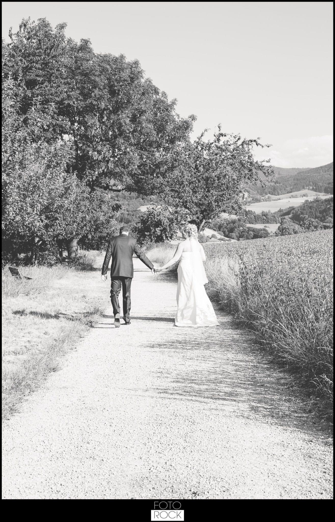 Hochzeit Jesuitenschloss Freiburg brautpaar fotoshooting feld wiese