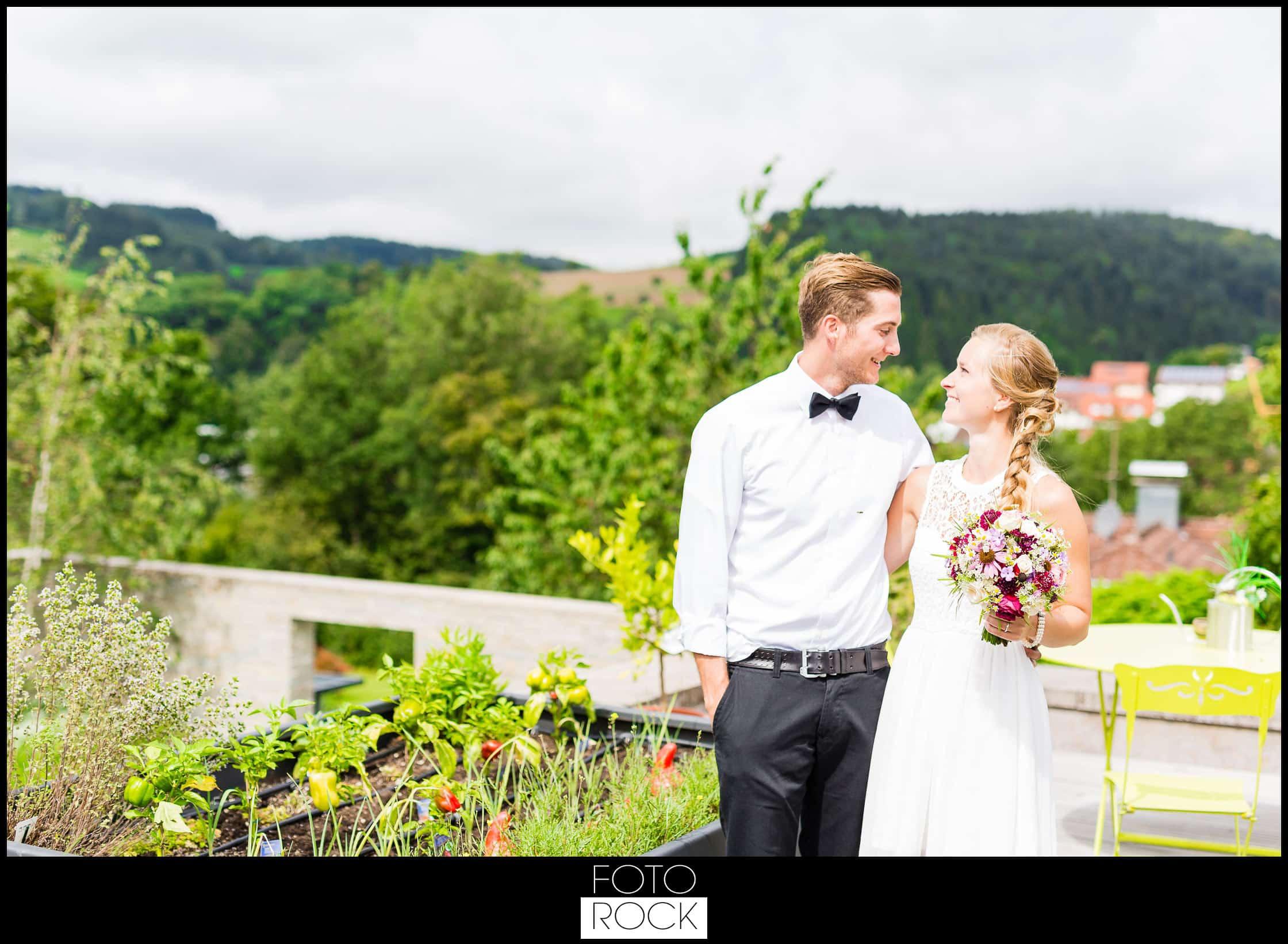 Hochzeit Elzach brautpaar garten brautstrauss