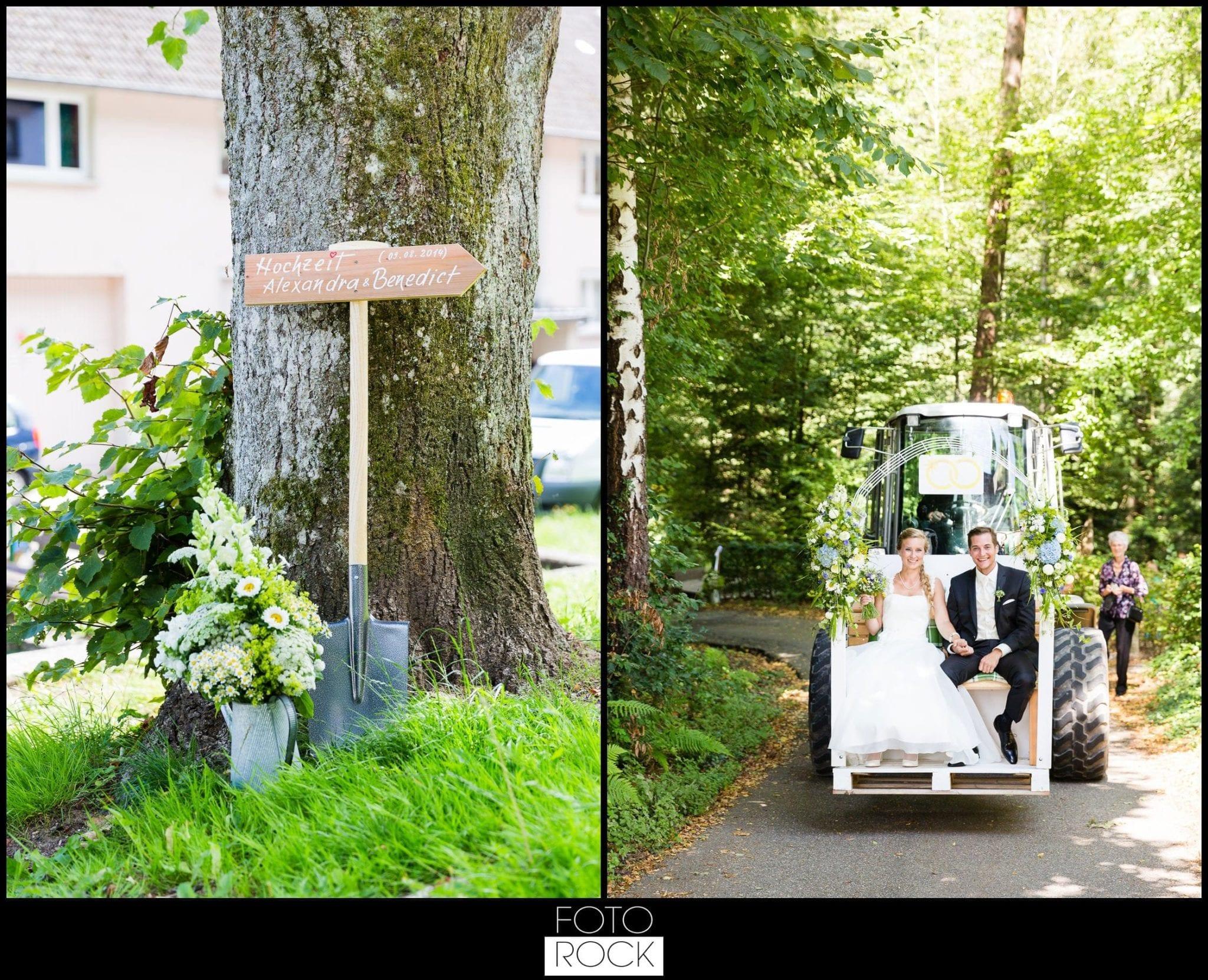 Hochzeit Elzach wegweiser wald brautpaar radlader