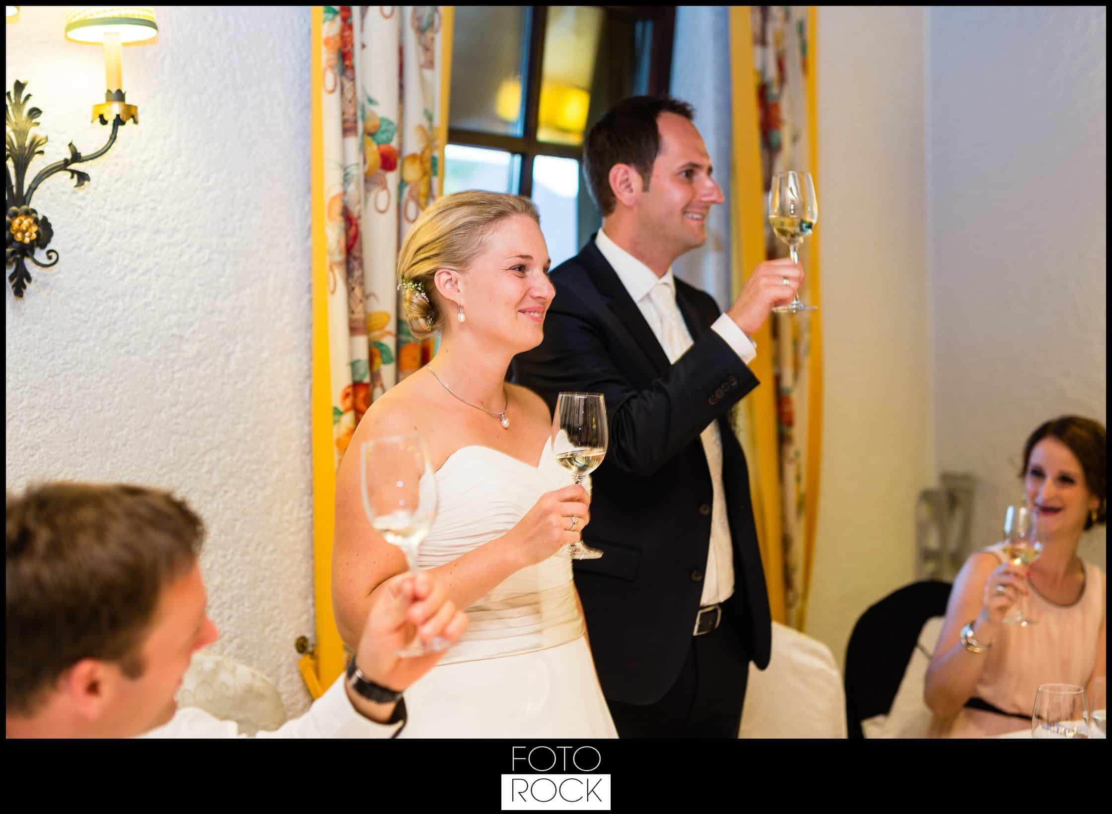 Hochzeit Adler Haeusern brautpaar wein