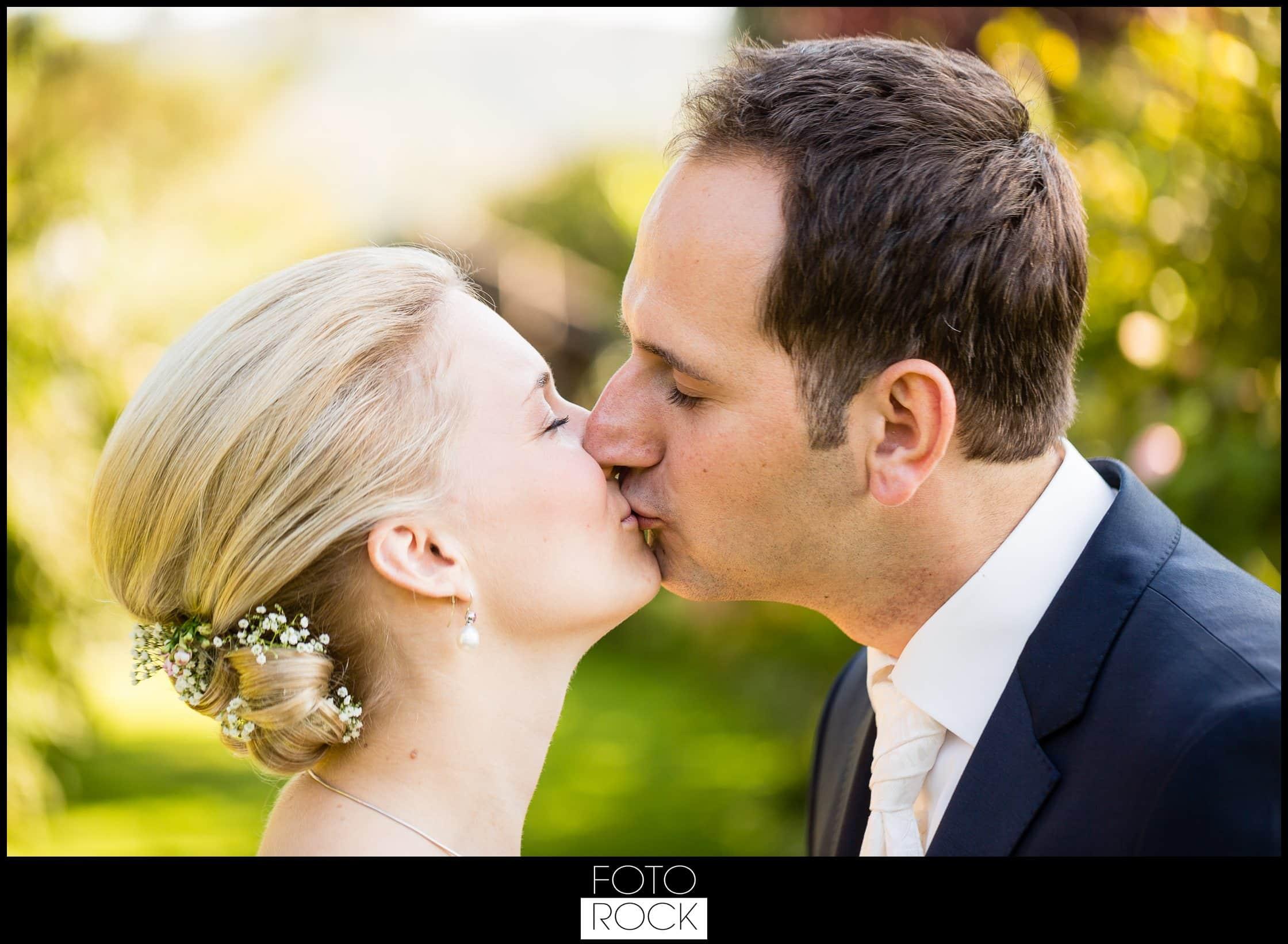 Hochzeit Adler Haeusern brautpaar kuss