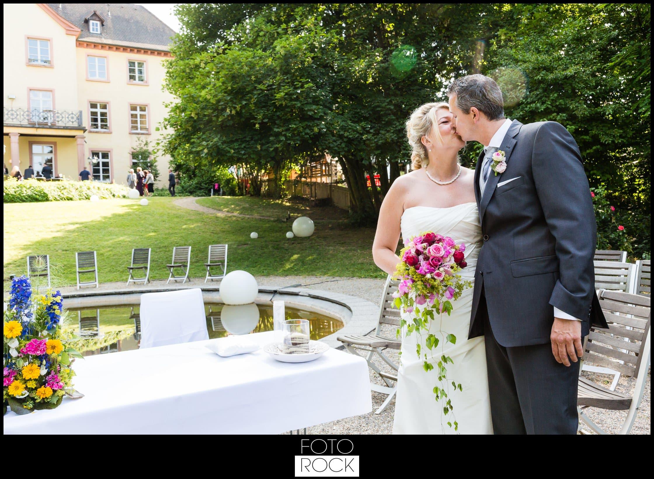Hochzeit Jesuitenschloss Freiburg brautpaar kuss