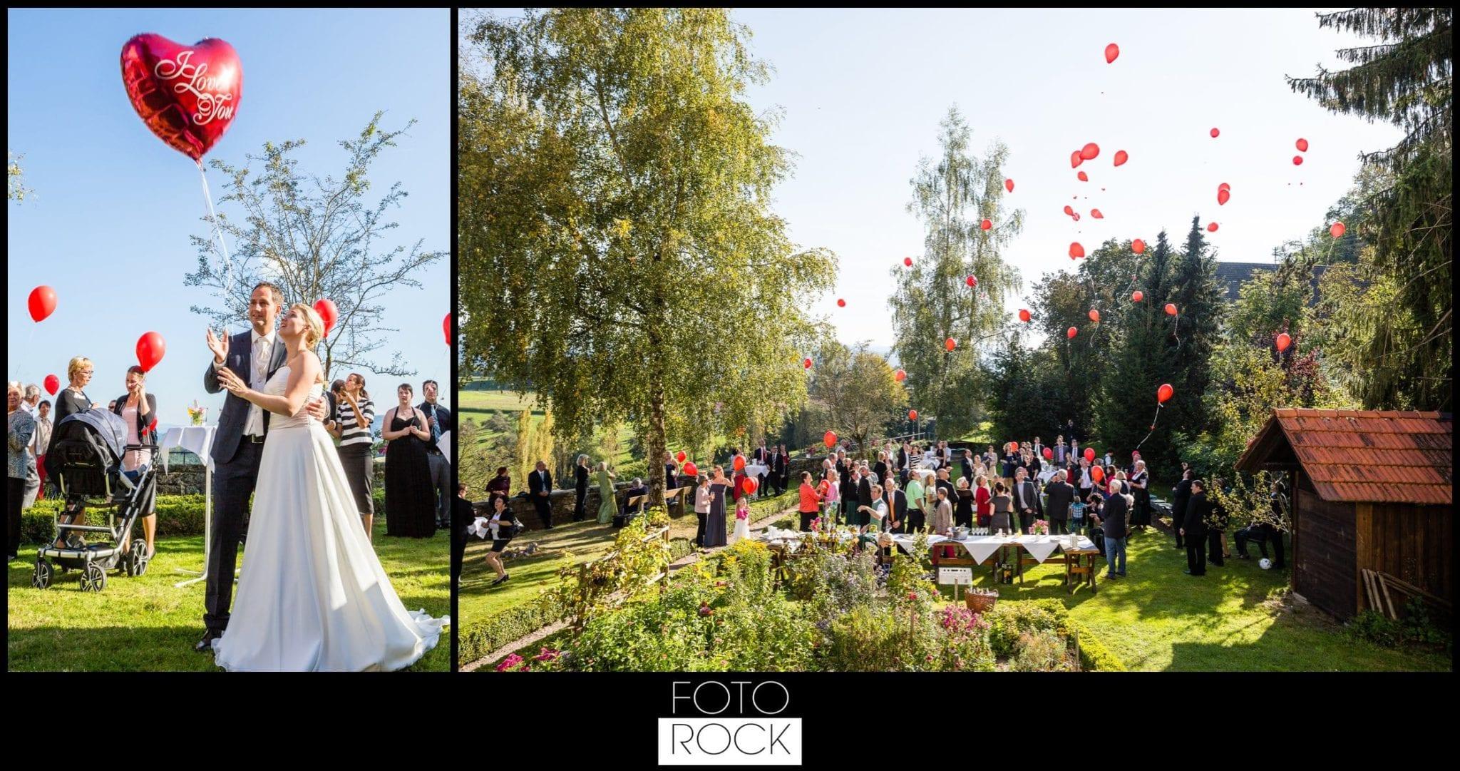 Hochzeit Adler Haeusern luftballons herzen gruppenbild brautpaar