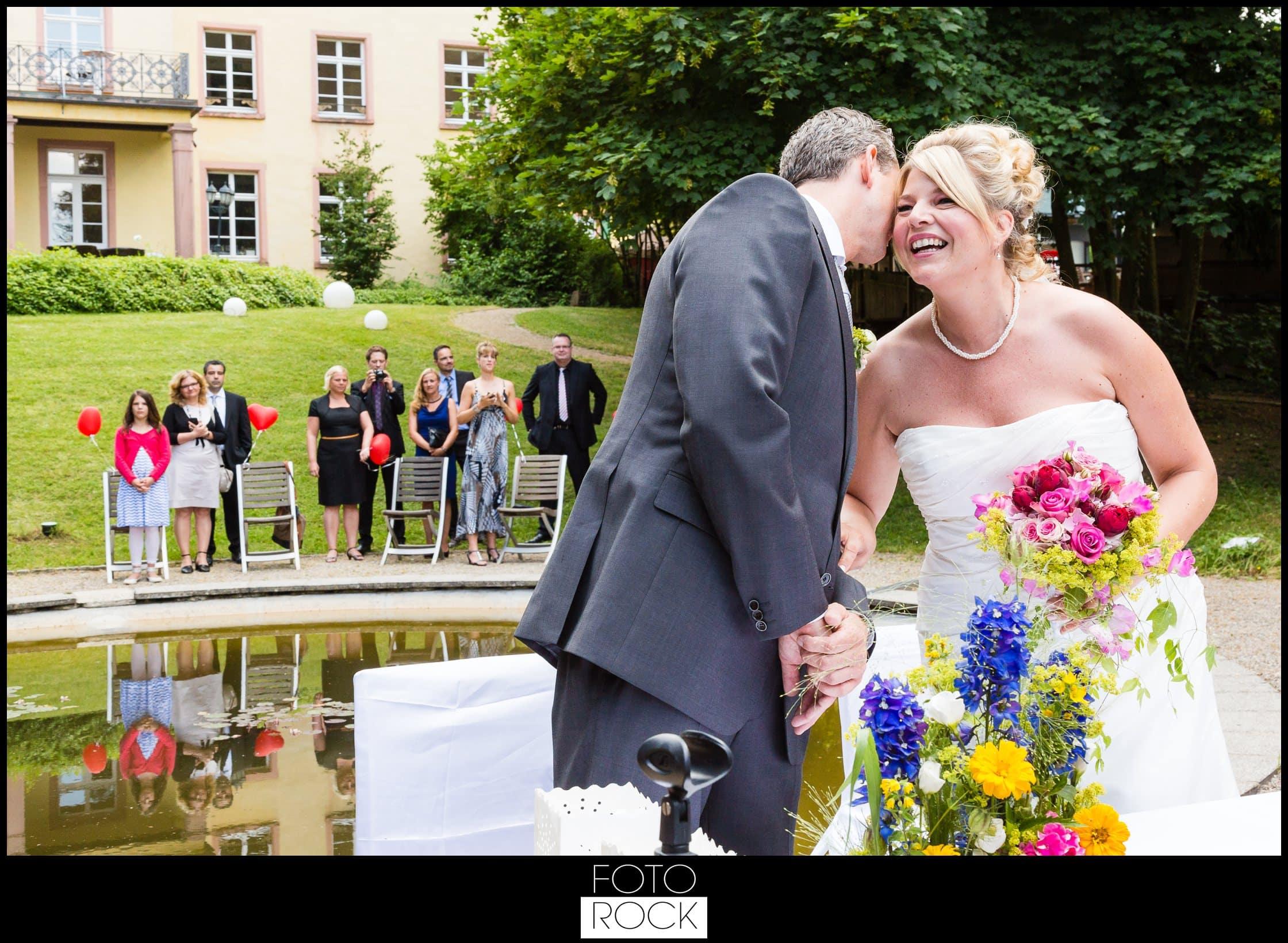 Hochzeit Jesuitenschloss Freiburg brautpaar kuss teich gäste