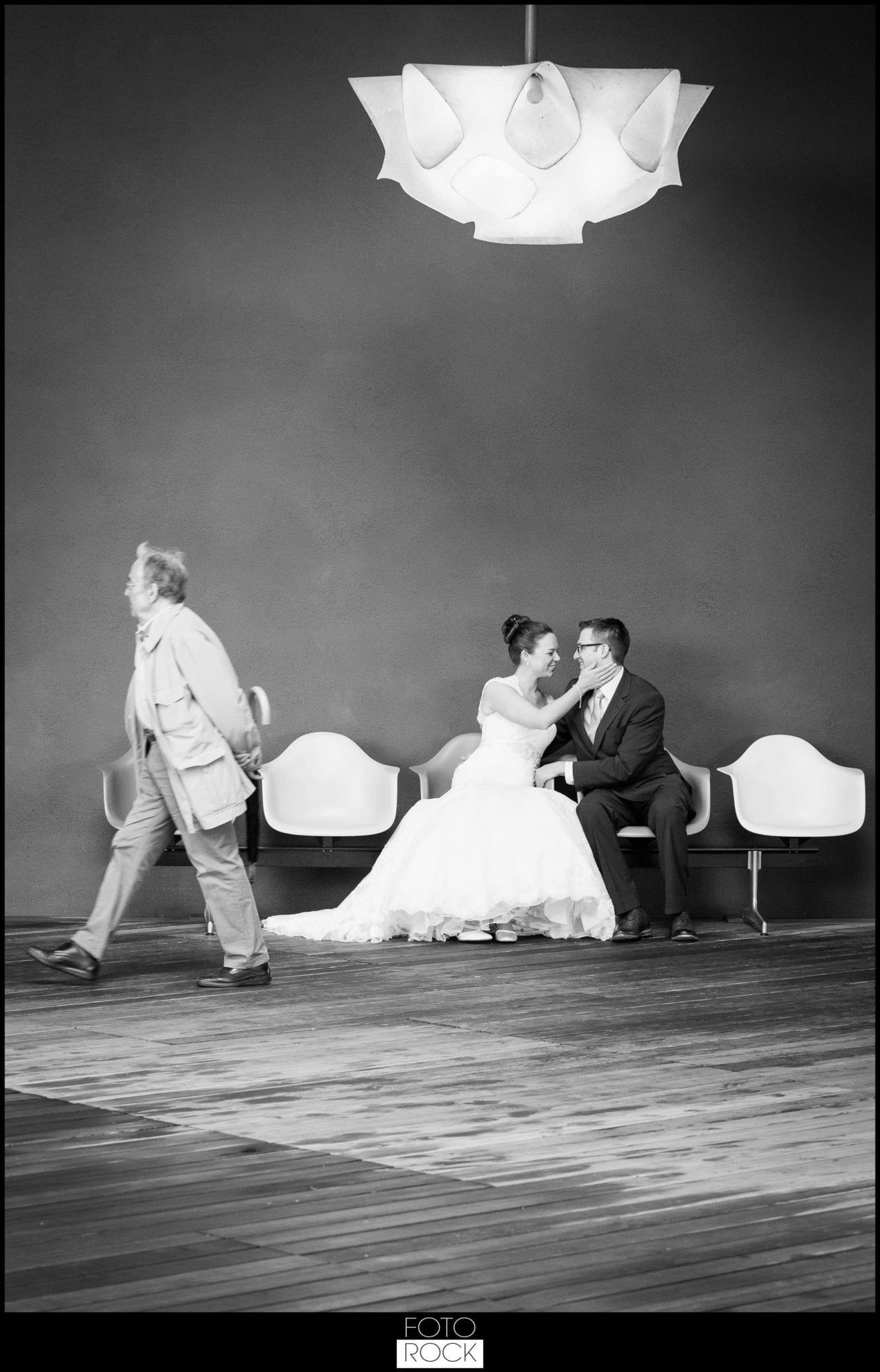 Hochzeit Vitra Design Museum Weil am Rhein Brautpaar Kuss Lampe Stühle Farben