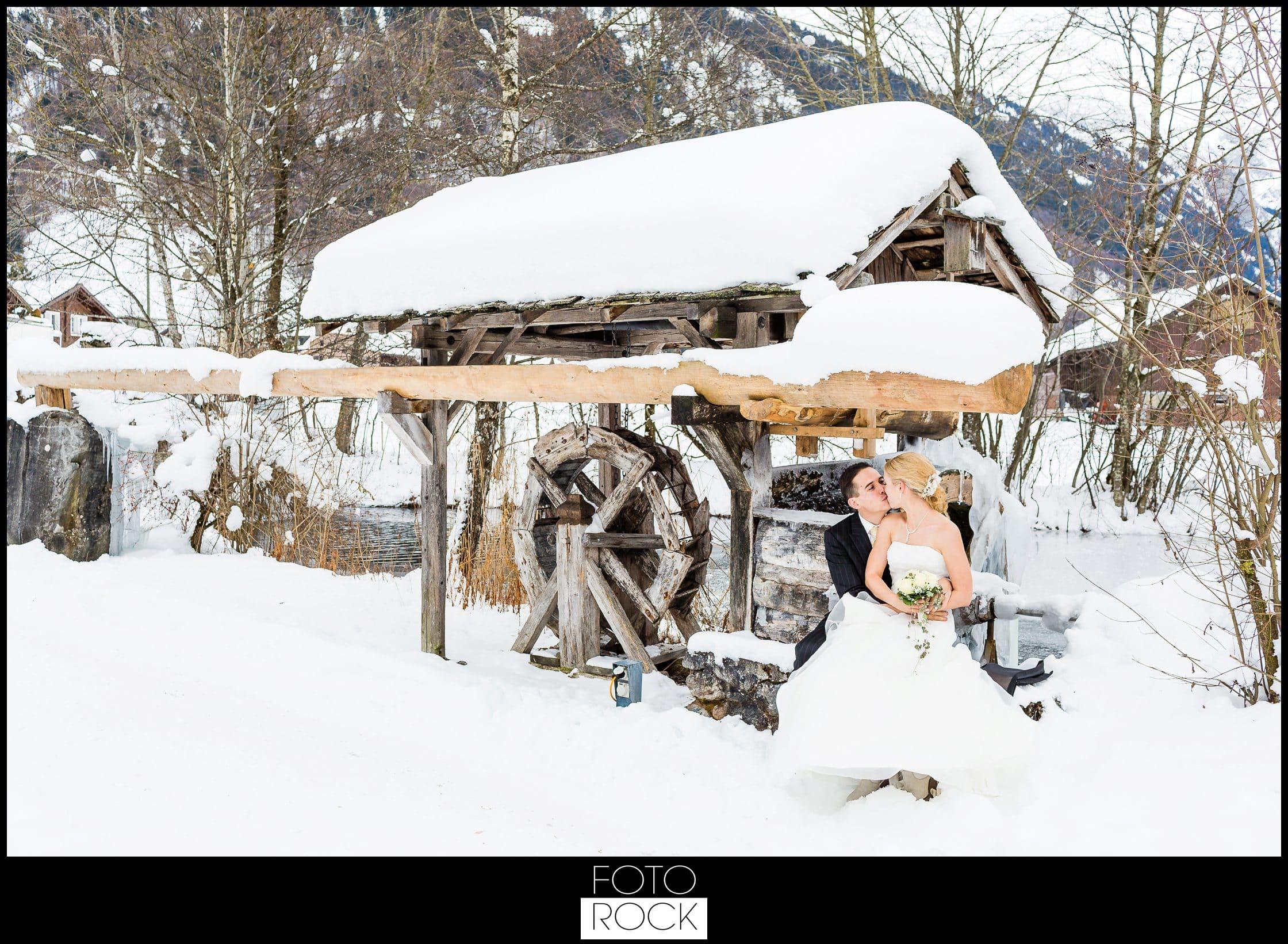 Hochzeit Winter Engelberg Wassermühle Brautpaar Kuss Schnee