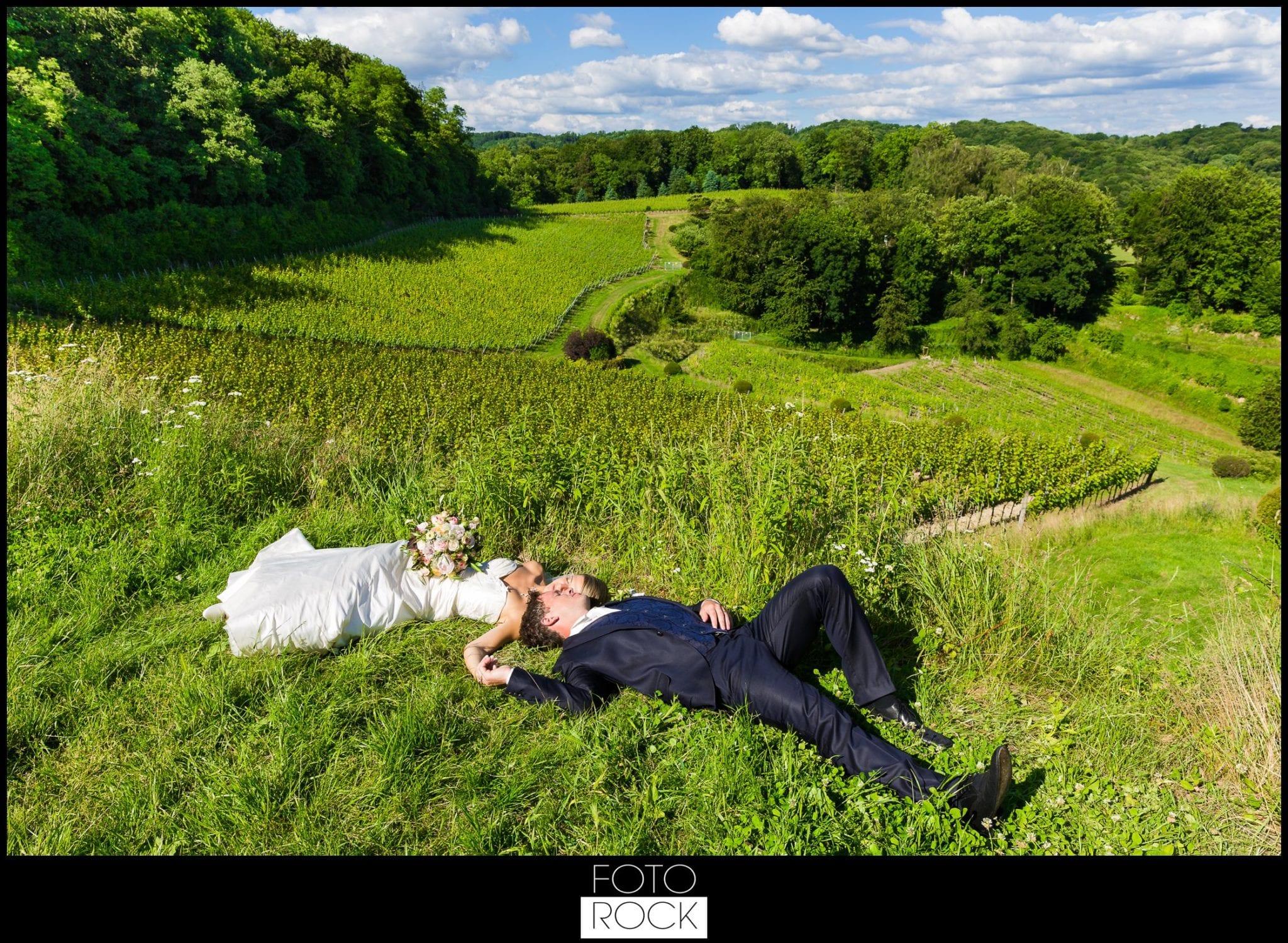Hochzeit Lilienhof Ihringen Brautpaar Wiese Panorama Landschaft