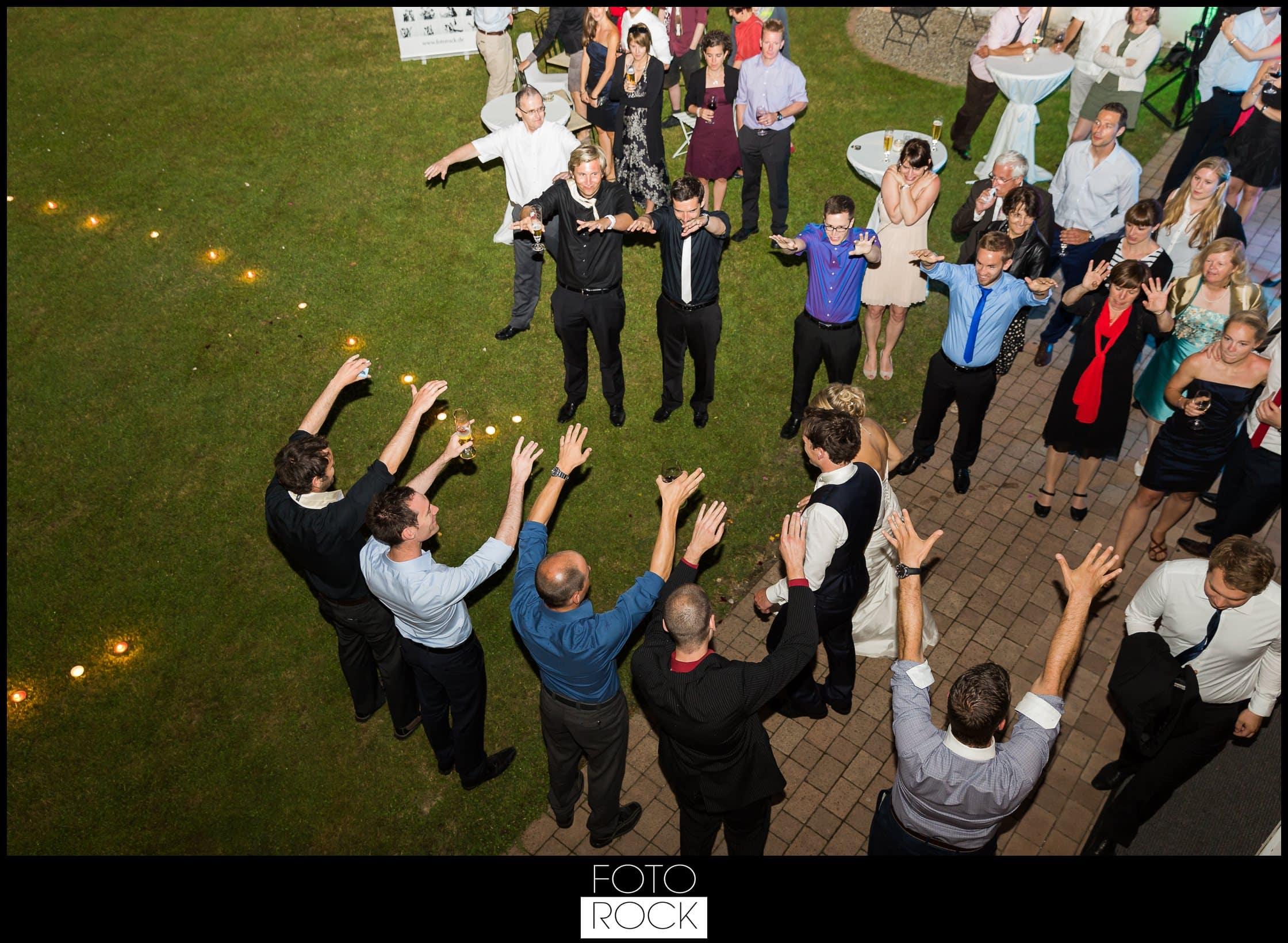 Hochzeit Lilienhof Ihringen Brautpaar Abend Kerzen Gäste