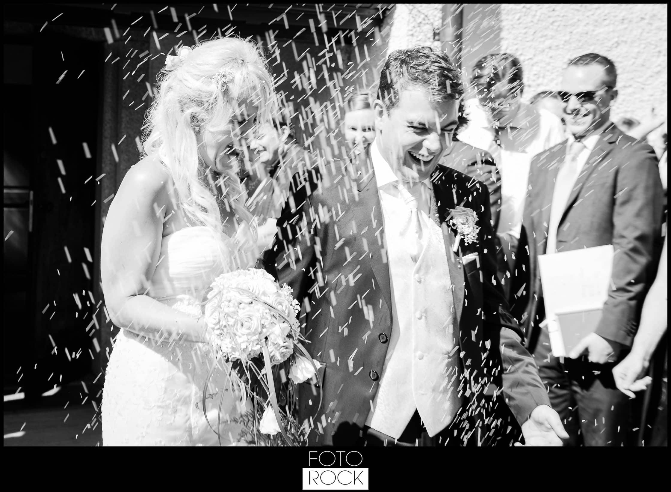 Hochzeit Rafz Albführen Konfetti Brautpaar Brautstrauss