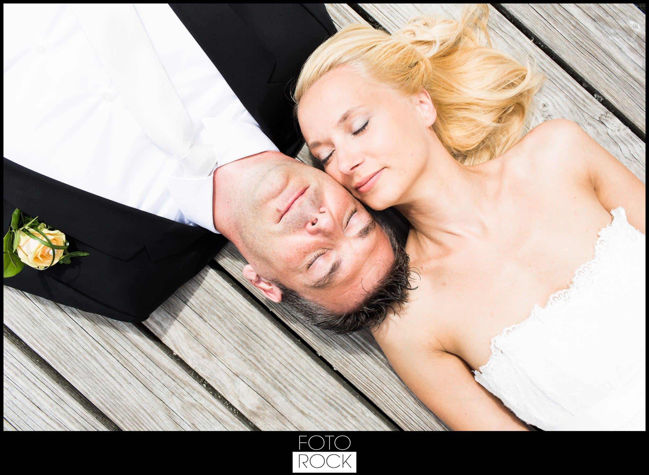 Hochzeit Parkhotel Adler teich steg brautpaar liegen