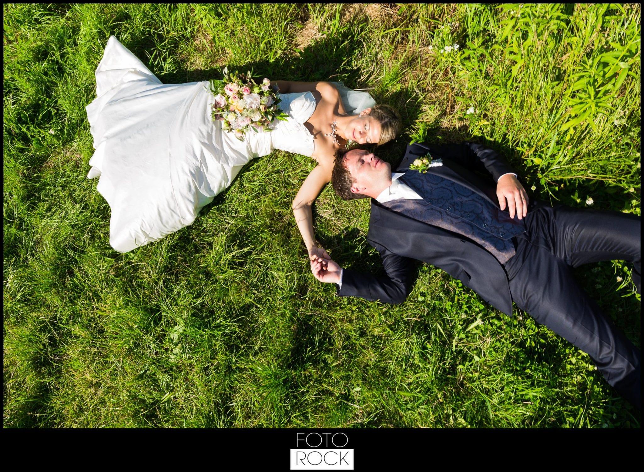 Hochzeit Lilienhof Ihringen Brautpaar Wiese