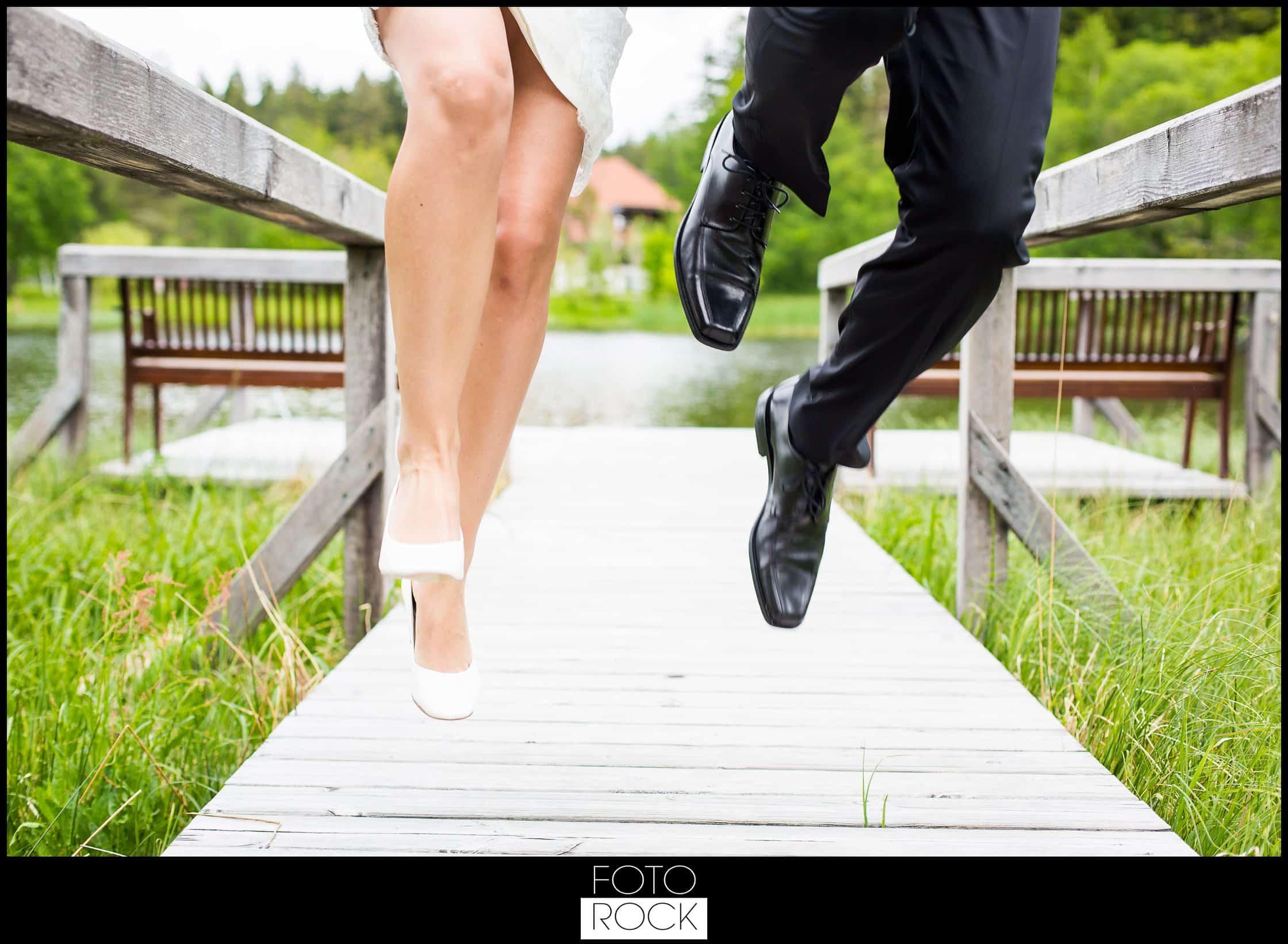 Hochzeit Parkhotel Adler teich steg brautpaar sprung