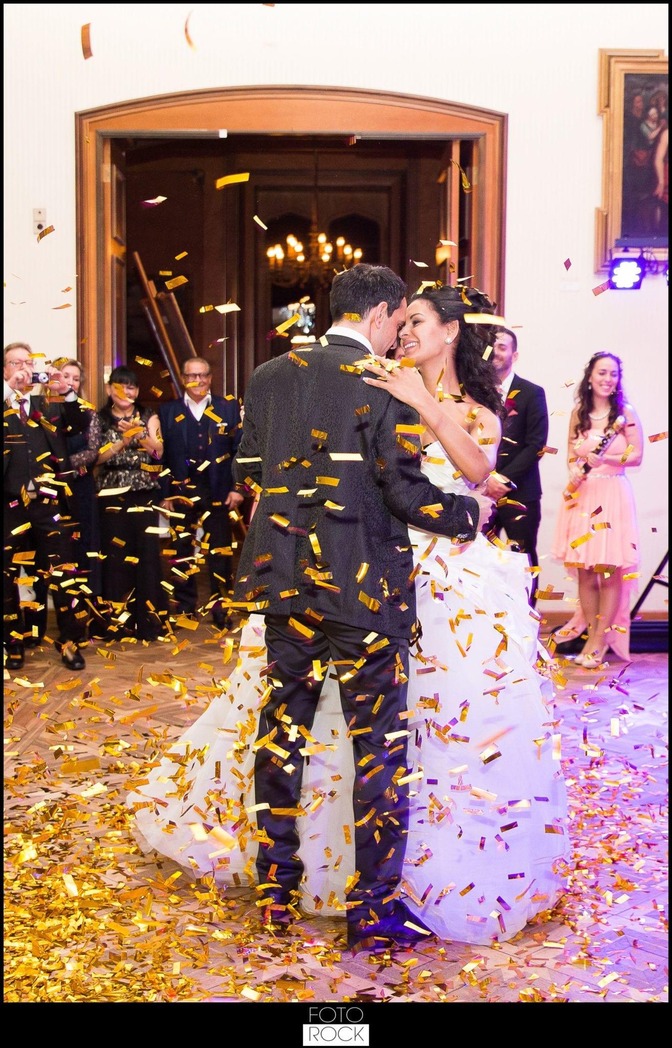 Hochzeit Schloss Meersburg Montfort Bodensee brautpaar tanz konfetti