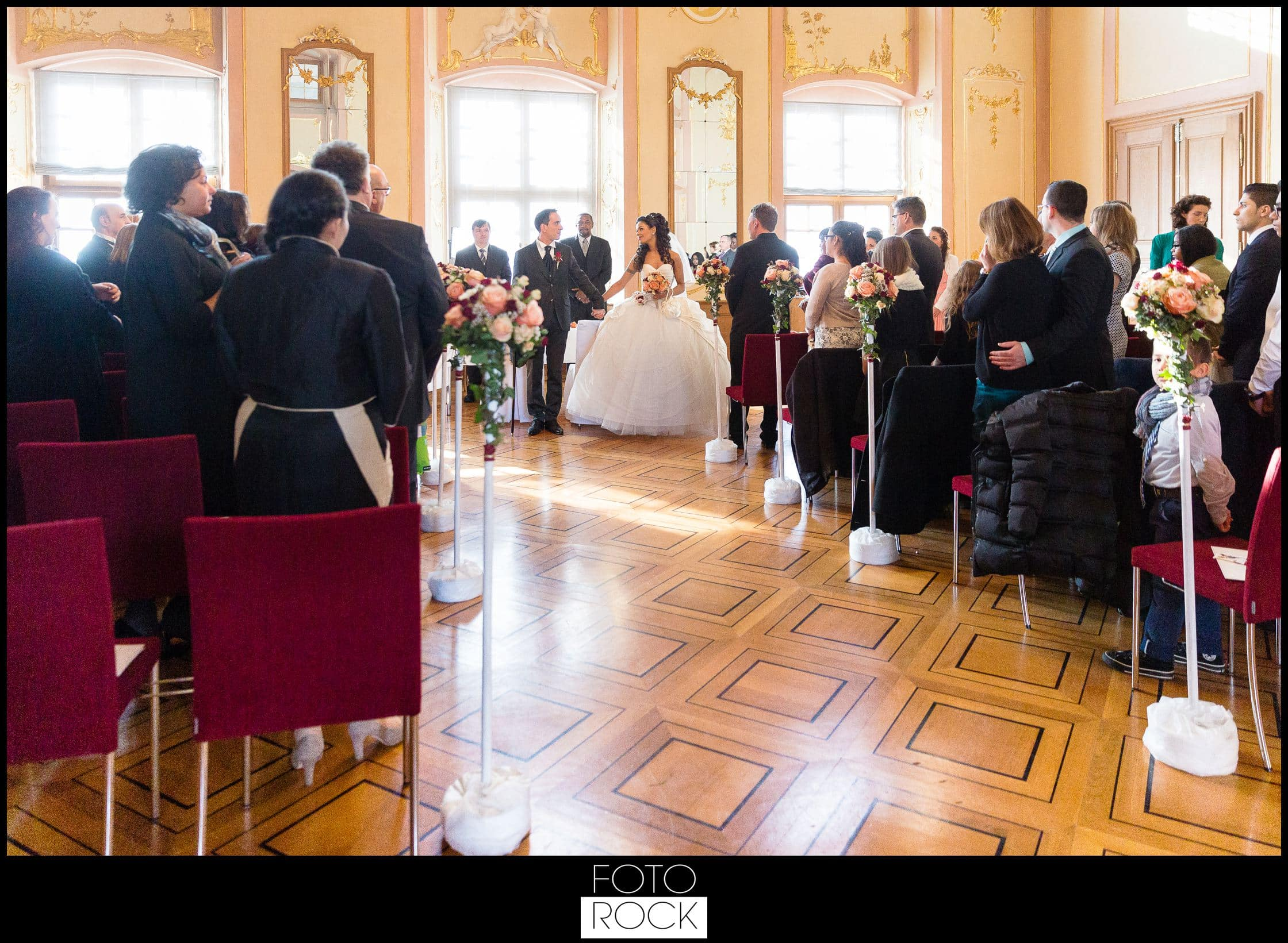 Hochzeit Schloss Meersburg Montfort Bodensee stühle brautpaar blumen deko