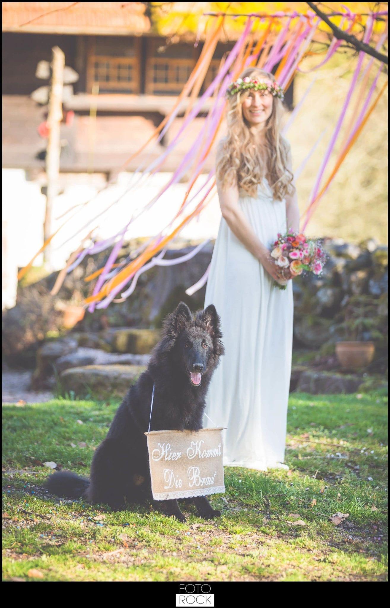 Bohemian Syled Shoot Hochzeit Klausenbauernhof Wolfach Braut Outdoor Blumen Hund Scheune