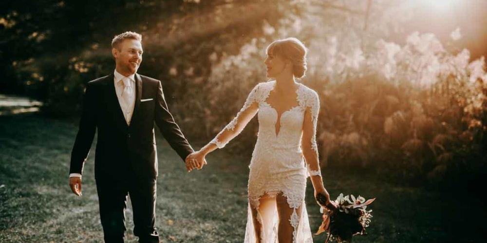 Sonja ist weddingplannerin und hat ihren Jens geheiratet. Da es am Tag der Hochzeitsfeier regnete, entschieden sie sich für ein After Wedding Shooting am Moosweiher in Freiburg. Das Gegenlicht, welches wunderbar von unserem Hochzeitsfotografen eingefangen wurde, gibt dem Bild eine sehr warme und entspannte Atmosphäre. Sonja und Jens laufen Hand in Hand am Ufer entlang, während sie sich verliebt ansehen. Sonja trägt ein eher extravagantes edles Kleid mit viel weißer und transparenter Spitze.